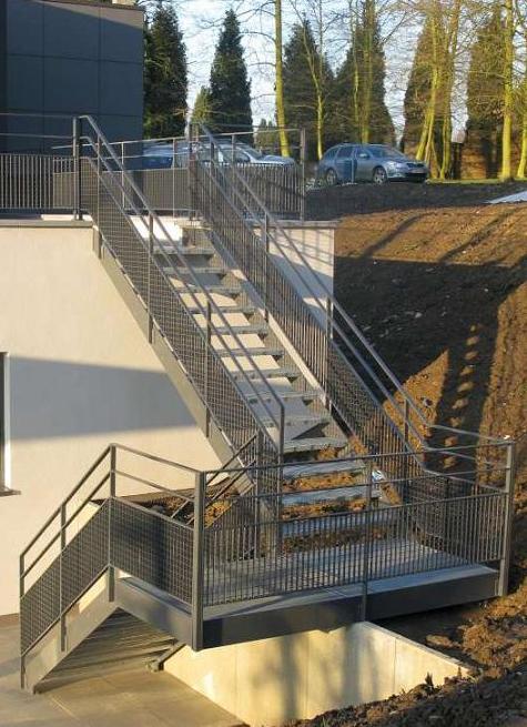 Escalier avec des marches en métal déployé