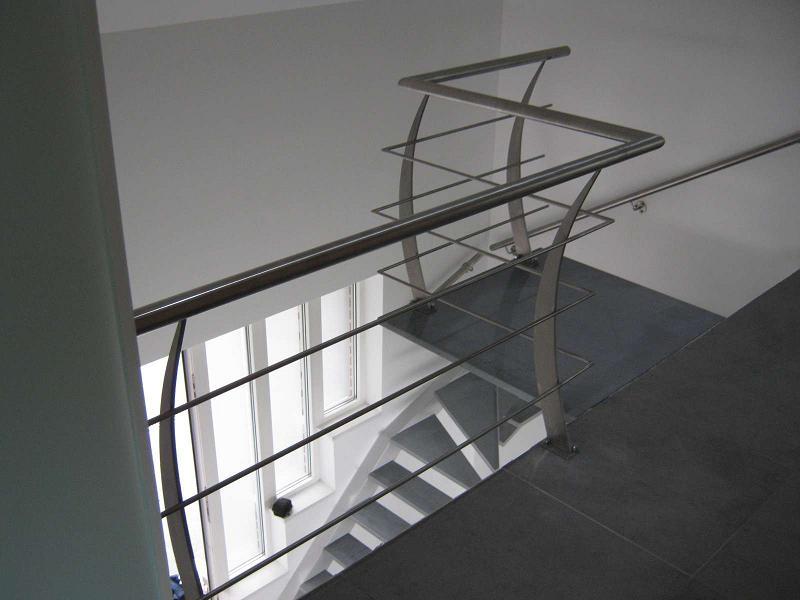 Escalier limon déporté marches en marbre avec palier
