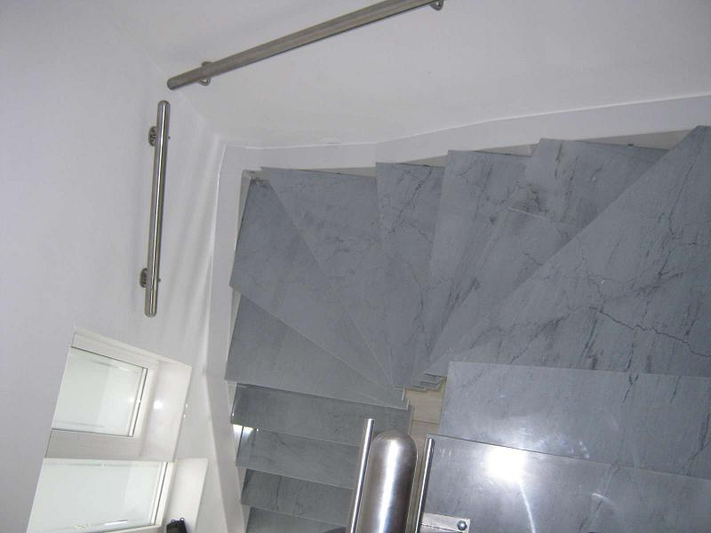 Escalier limon déporté marches en marbre vue haut