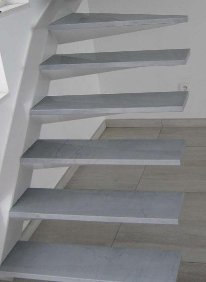 Escalier limon déporté marches en marbre